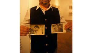 Aki Bayatis pose avec une photo de son père expulsé