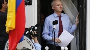 Джулиан Ассанж на балконе посольства Эквадора в Лондоне, 19 августа 2012.