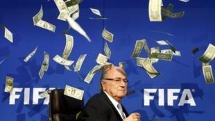 O suíço Joseph Blatter, presidente da Fifa, sob uma chuva de dólares falsos lançados por um comediante britânico na sede da entidade.