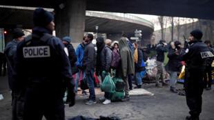 Эвакуация стихийного лагеря мигрантов в Париже французской полицией, 29 января 2019 г.