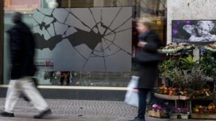 """Vitrine de loja de departamentos em Berlim lembra a """"Noite dos Cristais""""."""