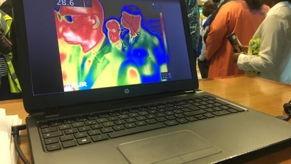 Au Sénégal, à l'aéroport international Blaise Diagne, des caméras thermiques sont installées pour détecter la température des passagers.