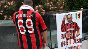 Torcedor do Milan vestindo camiseta em homenagem a Silvio Berlusconi.