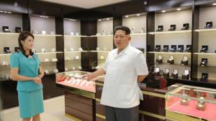 O líder norte-coreano Kim Jong-un foi fotografado com a mulher, em junho de 2015, em uma loja de relógios do aeroporto internacional de Pyongyang.