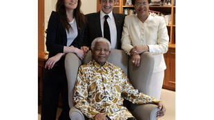 Экс-президент Франции Николя Саркози и его супруга Карла Бруни-Саркози на встрече с бывшим президентом ЮАР Нельсоном Манделой