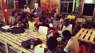 Le Lumumba Lab, c'est d'abord un lieu de rencontres entre des jeunes,  qui propose un espace de travail gratuit, avec accès à une connexion à Internet.