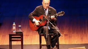 João Gilberto, aos 77 anos, em palco, no Teatro Municipal do Rio de Janeiro.