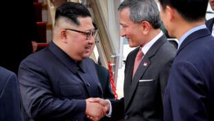 O líder norte-coreano, Kim Jong Un, cumprimenta o ministro das Relações Exteriores de Cingapura, Vivian Balakrishnan, na chegada à cidade-Estado.