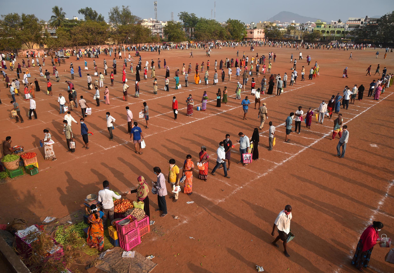 Овощной рынок на стадионе в Виджаяваде, Индия. 26 марта 2020.
