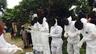 Сьерра-Леоне 18 июля 2014 года - тела предполагаемых жертв эпидемии Эбола