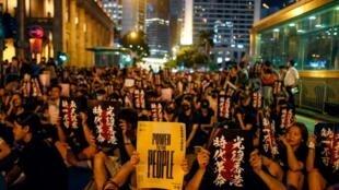 8月16日香港抗議者靜坐畫面