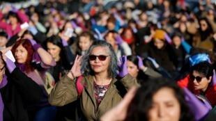 Des femmes entonnent un chant chilien devenu mondial, dénonçant les violences faîtes aux femmes lors d'une manifestation à Istanbul, en Turquie, le 15 décembre 2019.
