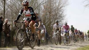 Фабиан Канчеллара на трассе велогонки Париж-Рубе, 7 апреля 2013 года