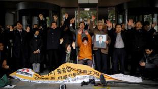 Kim Seong Ju, một phụ nữ Triều Tiên bị Nhật Bản cưỡng bức lao động, cùng với người thân hoan hô phán quyết của Tòa Án Tối Cao Hàn Quốc tại Seoul ngày 29/11/2018.