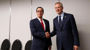 Bộ trưởng Tài Chính Mỹ Steven Mnuchin (T) bắt tay đồng nhiệm Pháp Bruno Le Maire, tại hội nghị G20, Buenos Aires, Achentina, ngày 21/07/2018