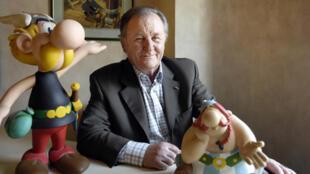 Albert Uderzo posa junto a sendos muñecos de Astérix (izq) y Obélix el 19 de abril del año 2007 en París