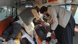 Скорая помощь эвакуирует тела учеников из школы в Пешаваре после теракта 16/12/2014