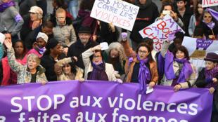 Des manifestants pour l'élimination des violences faites aux femmes.