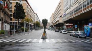 L'Italie à l'arrêt en raison de l'épidémie de coronavirus (rue déserte de Catane, le 21 mars 2020) et le président du Conseil, Giuseppe Conte a annoncé samedi soir de nouvelles mesures pour réduire l'activité économique.