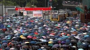 Многотысячная манифестация проходит в Гонконге несмотря на проливнгой дождь, 18 августа 2019 г.