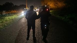 Des agents américains arrêtent des migrants sans papiers au Texas.