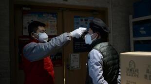 در چین، اندازهگیری درجه حرارت بدن، به منظور جلوگیری از شیوع ویروس کرونا، به امری روزمره تبدیل شده است.