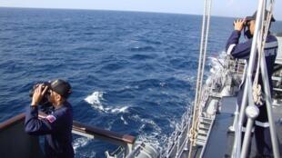 Homens da marinha filipina participam das operações de busca pelo avião desaparecido da Malaysia Airlines
