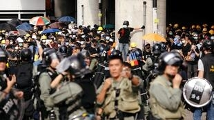 Des manifestants dans les rues de Hong Kong contre les attaques des triades dans le quartier de Yuen Long, à Hong Kong, le 27 juillet 2019.
