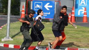 Polícia retira cliente de shopping durante cerco a atirador tailandês em Korat, que durou toda a madrugada de domingo. (09/02/2020)