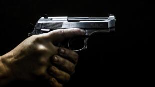 """Os legisladores republicanos, em contato com o poderoso lobby de armas da National Rifle Association (NRA), são em grande parte contra qualquer lei que impeça o """"direito constitucional dos norte-americanos de usar uma  arma para se proteger""""."""