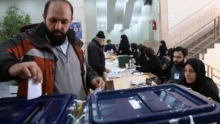 Eleitores foram às urnas no Irã nesta sexta-feira (21).