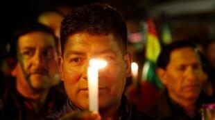 Manifestantes contra o presidente da Bolívia, Evo Morales, participam de uma marcha de luto pela morte de Mario Salvatierra e Marcelo Terrazas, dois manifestantes que foram mortos durante os protestos, no centro de La Paz, Bolívia, em 1 de novembro de 2019