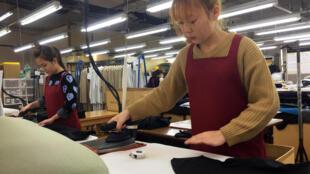 Des stagiaires techniques originaires du Vietnam travaillent dans une usine de bonneterie à Mitsuke, au Japon, le 26 février 2019.
