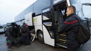 Первый автобус с мигрантами отправился из Кале в Бургундию. 24 октября