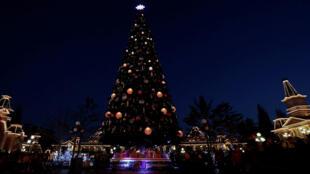 Le sapin de Noël - ici à Disneyland Paris - une tradition vieille de cinq siècles en France.