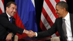 Президент России Дмитрий Медведев и президент США Барак Обама на саммите АТЭС в Гонолулу 12 ноября 2011 года