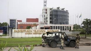 加蓬軍人部署在位於利伯維爾的國家廣播電視台前面  2019年1月7日