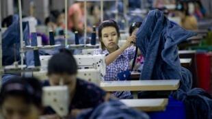 Dans une usine de textile à Rangoon, en Birmanie.