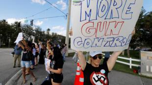 Học sinh và phụ huynh tuần hành kêu gọi kiểm soát vũ khí gần trường trung học Marjory Stoneman Douglas, ở Coral Springs, bang Florida, ngày 18/02/2018.