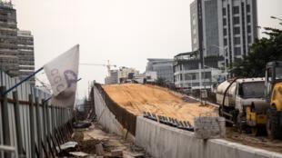 Un pont «saut-de-mouton» en travaux sur le Boulevard Mandela à Kinshasa faisant partie du «programme des 100 jours» de Félix Tshisekedi.