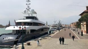 Des yachts, dont beaucoup sont enregistrés aux îles Caïmans, amarrés au quai près de l'entrée de la Biennale de Venise, le 7 mai 2019.