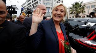 Марин Ле Пен после предвыборного выступления в Каннах, 1 мая 2017.