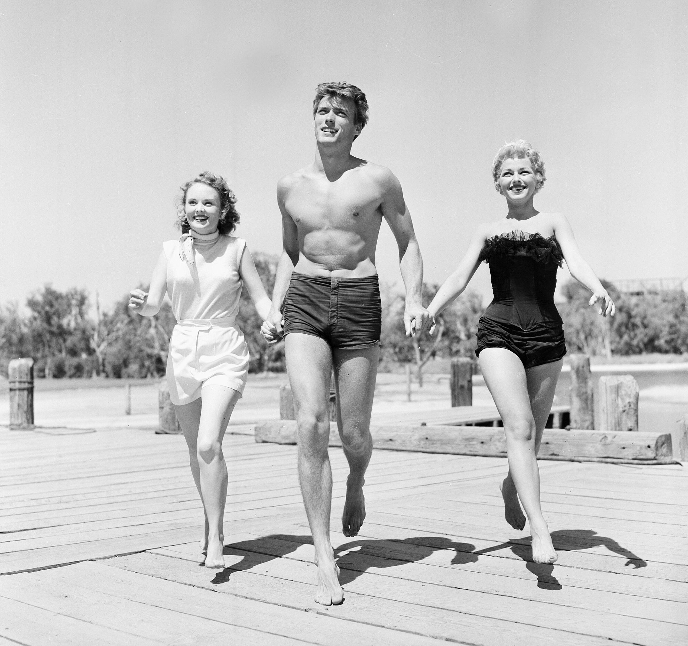 Клинт Иствуд с актрисами Олив Стерджес (слева) и Дэни Крейн, 1954 г.