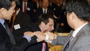 O embaixador norte-americano na Coreia do Sul, Mark Lippert, foi ferido por uma navalha na manhã da quinta-feira(5), em Seul