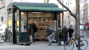 Des passants s'arrêtent tout de même encore dans les kiosques à journaux qui subsistent à Paris.