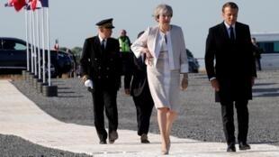 Rais wa Ufaransa Emmanuel Macron (Kulia) na Waziri Mkuu wa Uingereza Theresa May (Kushoto) wakiwasili katika eneo la maadhimisho ya D-Day Juni 6 2019