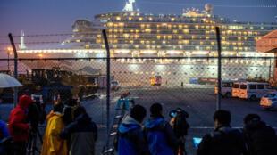 Un bus arrive à proximité du paquebot «Diamond Princess» duquel des centaines de passagers vont être débarqués. Depuis plus de deux semaines, 3 711 personnes sont en quarantaine à bord à cause du SARS-CoV-2.