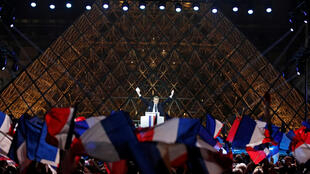 Macron faz discurso com a pirâmide do Louvre de fundo