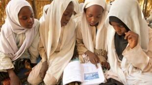 Wasu dalibai mata da ke karatu a wani aji na wucin gadi da ke sansanin 'yan gudun hijirana Abu Shouk a yankin Darfur