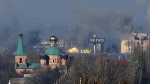 La fumée au-dessus des bureaux de l'aéroport international de Donetsk, suite aux combats entre séparatistes pro-russes et forces ukrainiennes, le 9 novembre 2014.